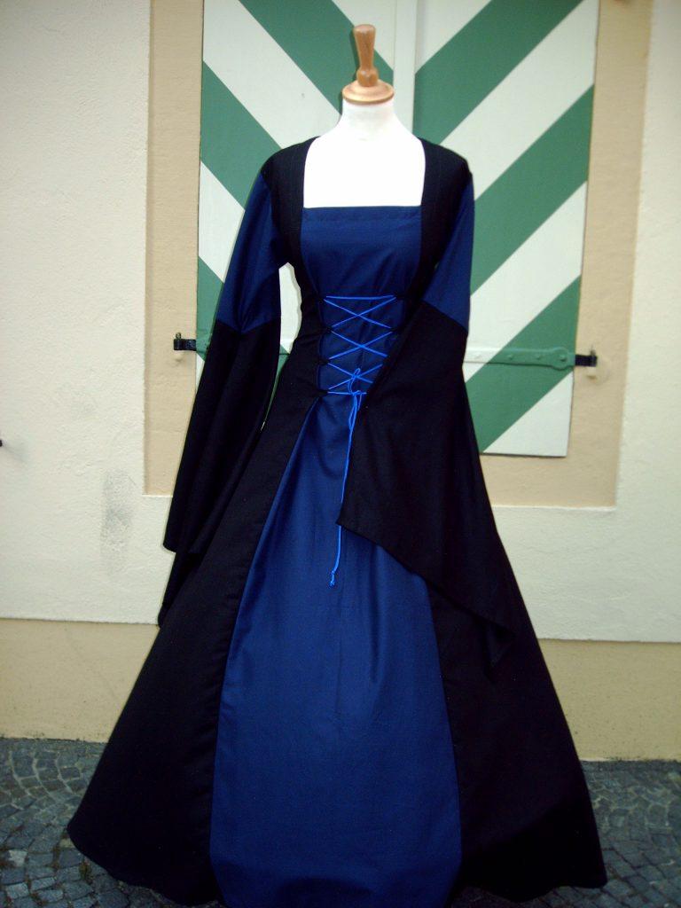 Bella Donna in schwarz-blau
