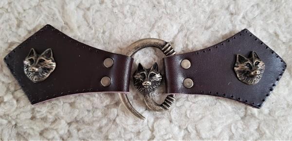 Wolfskopf Mantel-Verschluß, altmessing mit Befestigungsleder mit Wolf-Ziernieten